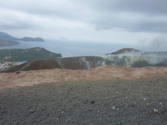 Blick über den Krater von Volcano auf Lipari